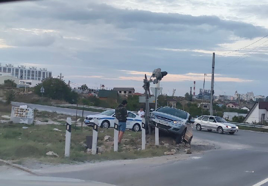 ForPost - Новости : В Севастополе автоледи наскочила на железнодорожный светофор