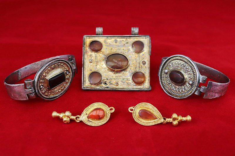 ForPost - Новости : Археологи в предгорье Крыма раскопали склеп с золотыми украшениями