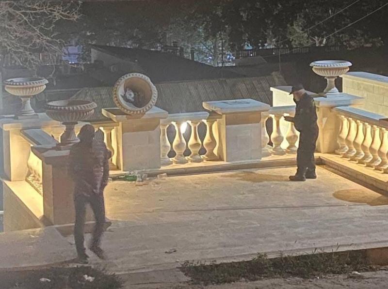 ForPost - Новости : На День города в Керчи неизвестные устроили разгром на Малой Митридатской лестнице