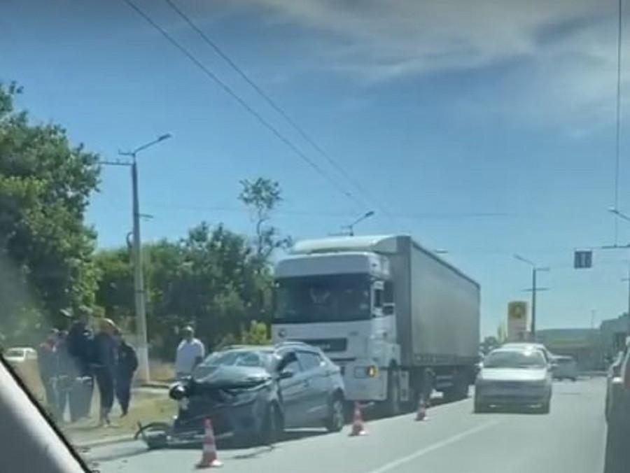 ForPost - Новости : В Севастополе легковушка вмялась в грузовик