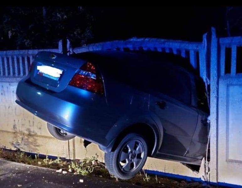 ForPost - Новости : В Крыму пьяный водитель на чужом «Шевроле» застрял в заборе