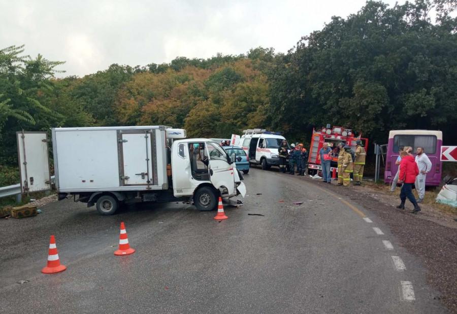 ForPost - Новости : В Севастополе грузовик въехал в автобус с пассажирами