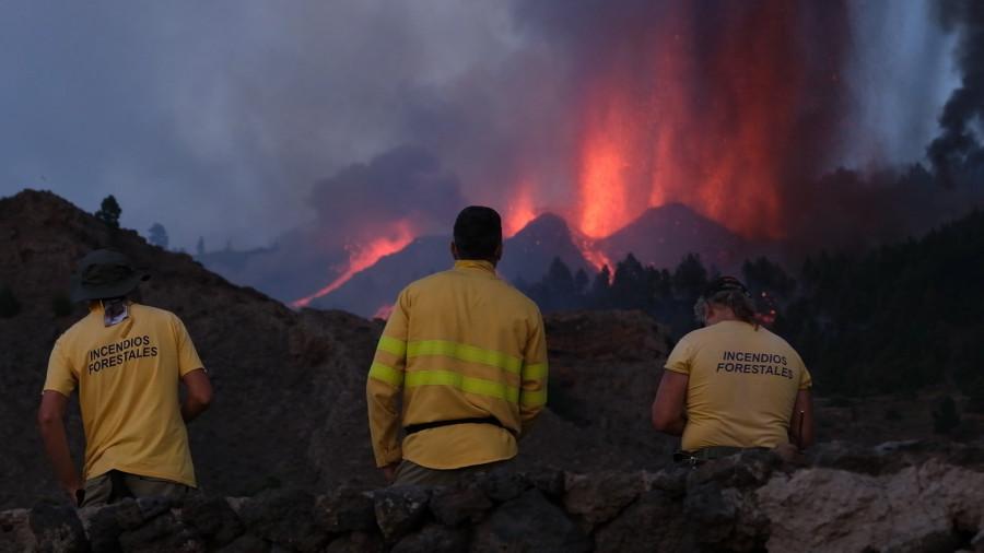ForPost - Новости : Из-за мощного извержения вулкана эвакуировали тысячи человек. Видео