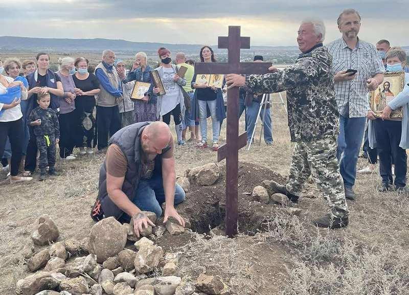 ForPost - Новости : На пути южного обхода трассы «Таврида» крымчане установили поклонный крест