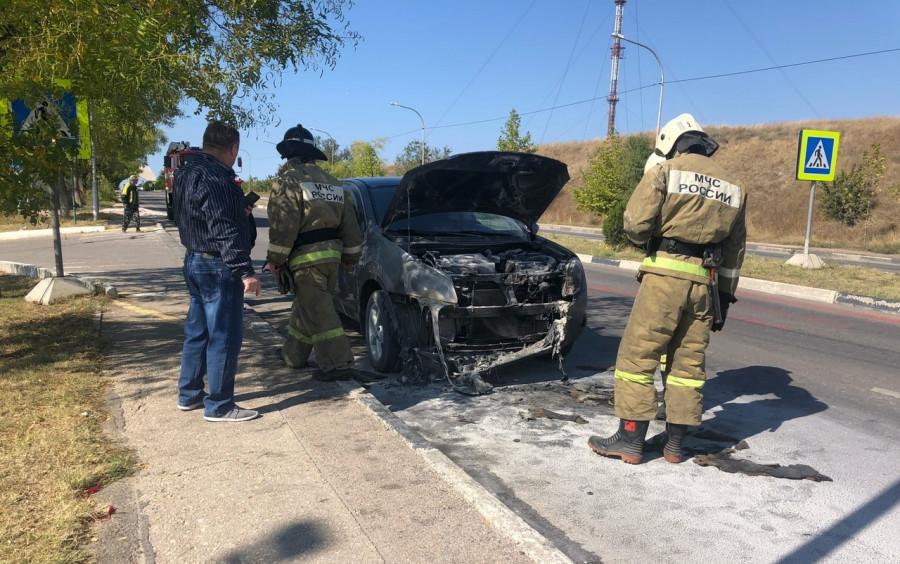 ForPost - Новости : В Севастополе возле гипермаркета загорелся автомобиль