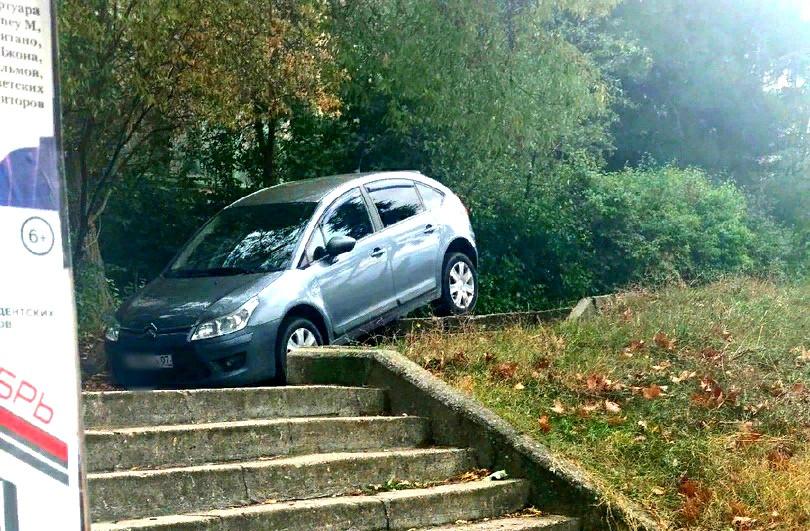 ForPost - Новости : Автомобиль застрял на лестнице в Севастополе