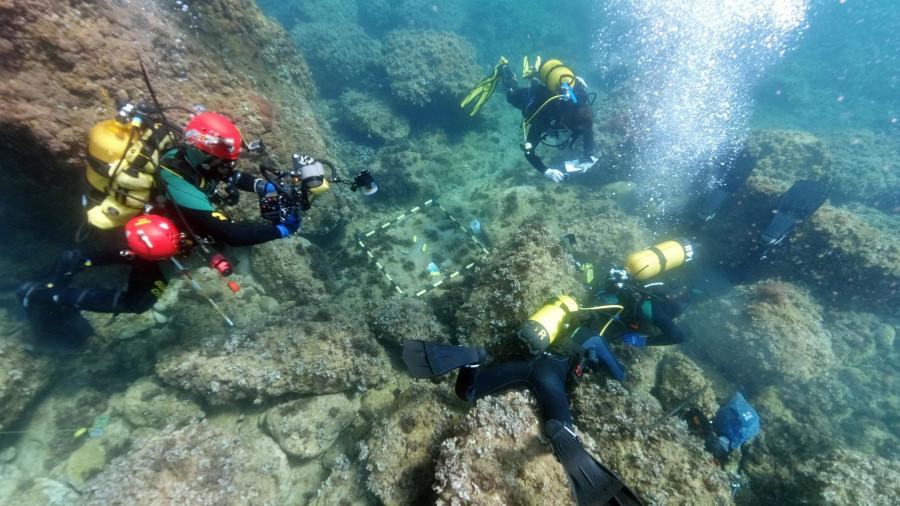 ForPost - Новости : Дайверы убирали мусор на морском дне и обнаружили клад