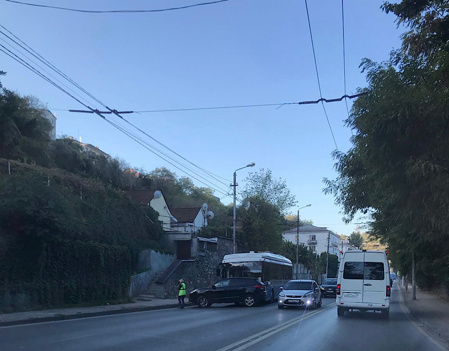 ForPost - Новости : В Севастополе кроссовер «бросился» наперерез троллейбусу