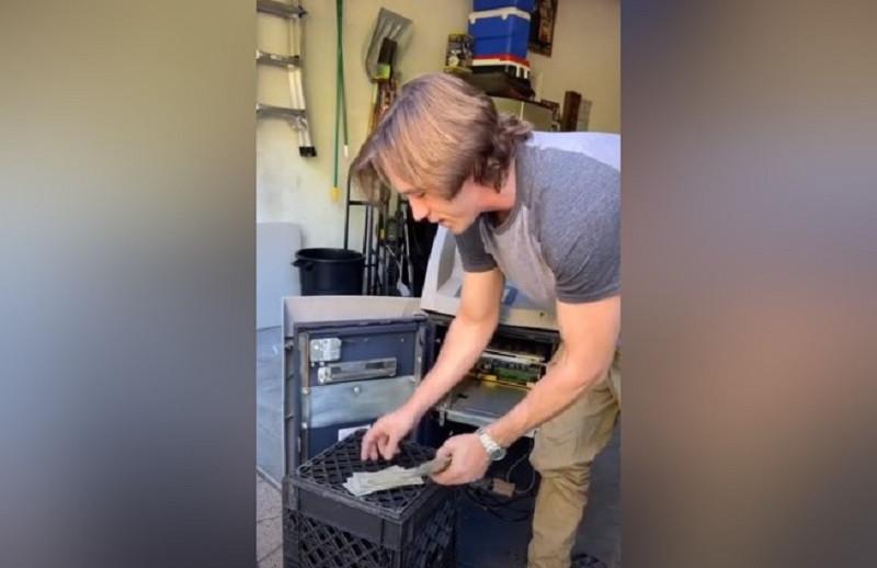 ForPost - Новости : Друзья купили банкомат и внезапно разбогатели