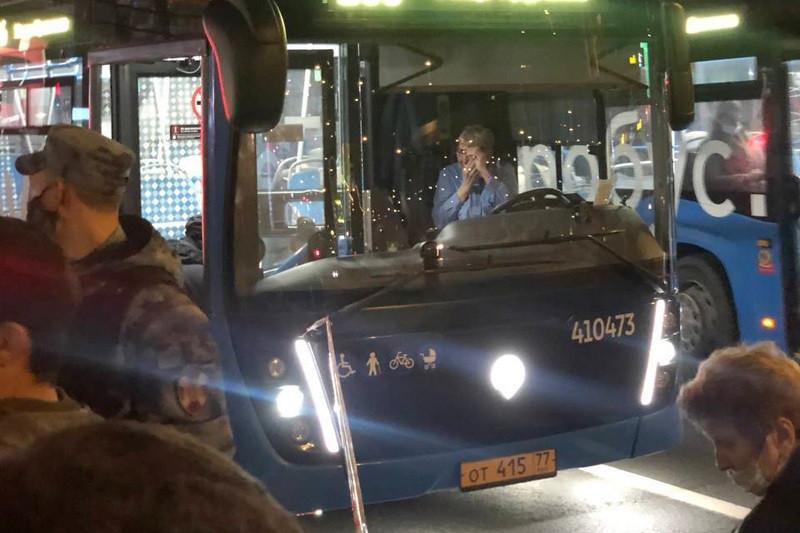ForPost - Новости : Парень пинком вытолкнул свою обидчицу под колёса автобуса