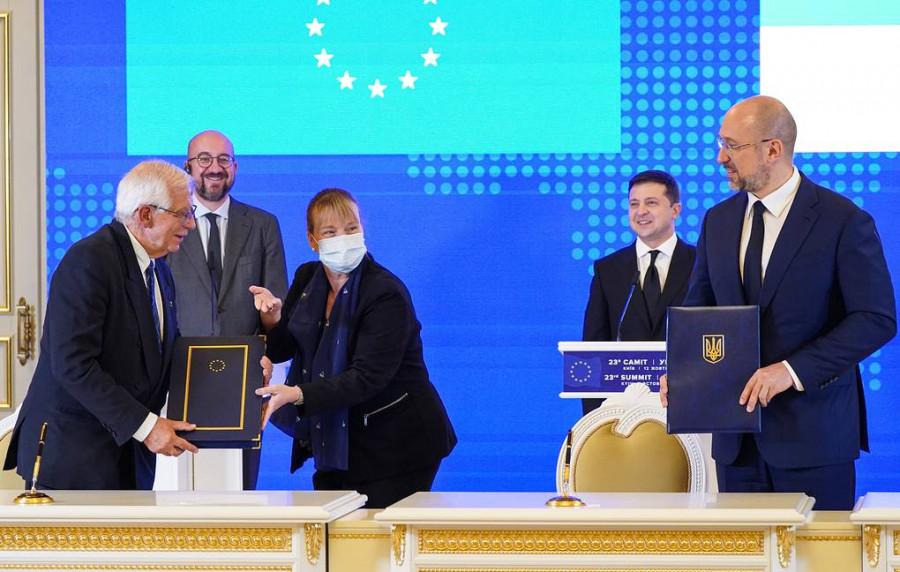 ForPost - Новости : Украина и ЕС на саммите подписали соглашение об общем авиапространстве