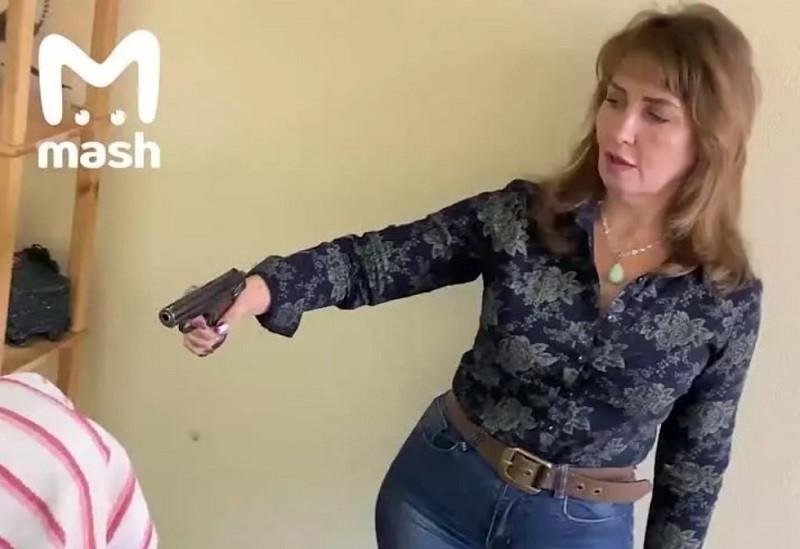 ForPost - Новости : Целительница лечит больных ковидом выстрелом в голову. Видео