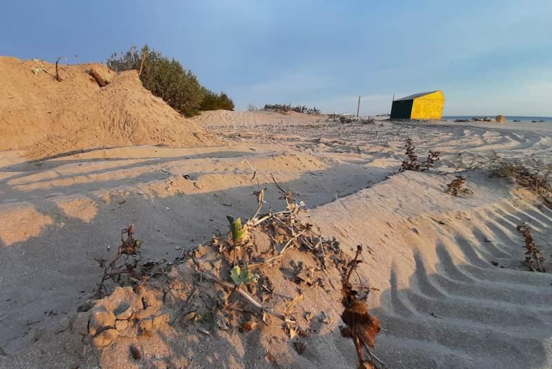 ForPost - Новости : «Дубль два»: крымчанин сравнял песчаные дюны трактором