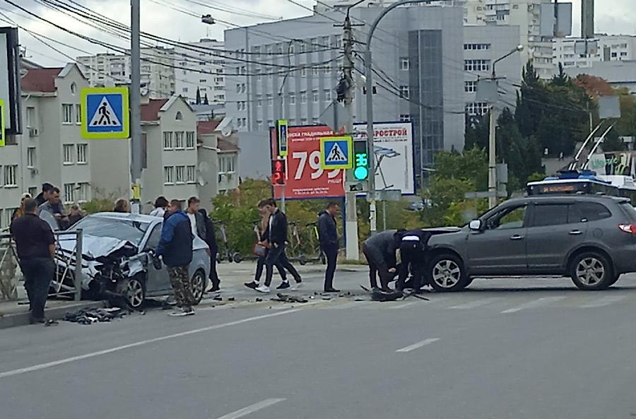 ForPost - Новости : В Севастополе автомобиль от удара выкинуло на тротуар с пешеходами