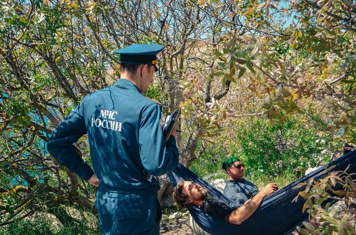 ForPost - Новости: Лагерь у сгоревшего пляжа Баунти в Севастополе оборудован печами, баней и электричеством