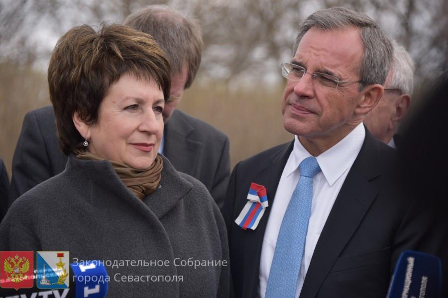 ForPost - Новости: Французы в Севастополе осудили санкции и поблагодарили горожан за историческую память