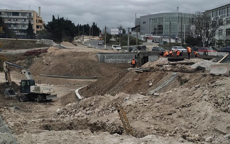 ForPost - Новости: Траншеи, заборы и огромные трубы: как выглядит строительство моста в Севастополе
