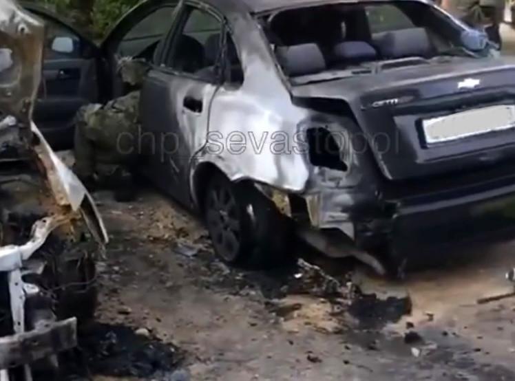 ForPost - Новости: В Севастополе ночью сгорели три автомобиля