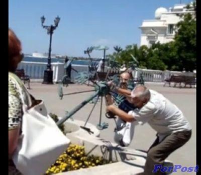 ForPost - Новости : Севастопольцы демонстративно сломали ненавистный Одуванчик на Приморском бульваре