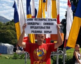 ForPost - Новости : Кому нужен этот флаг? Как в Ялте день укрофлага отмечали.