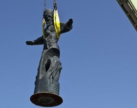 """ForPost - Новости : Вчера по решению губернатора Севастополя был аккуратно демонтирован """"памятник"""" гетману Сагайдачному"""