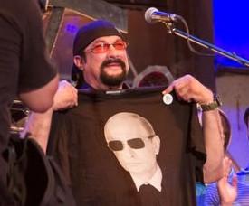 ForPost - Новости : «Плевать на санкции»: на байк-шоу в Севастополе Стивену Сигалу подарили футболку с Путиным