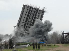 ForPost - Новости : И всё-таки он рухнул! Третий взрыв 16-этажки в Севастополе проведен успешно: дом лежит на земле. ВИДЕО