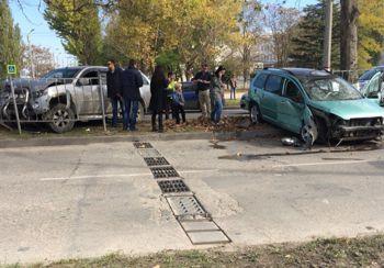 ForPost - Новости : Соцсети об аварии у 22-й школы: Ребёнка увезли на «скорой»