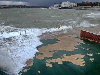 """ForPost - Новости : """"Деньги - на ветер!"""". Блогер Юрий Югансон снял, как шторм уничтожил покрытие на пляже """"Хрустальный"""""""