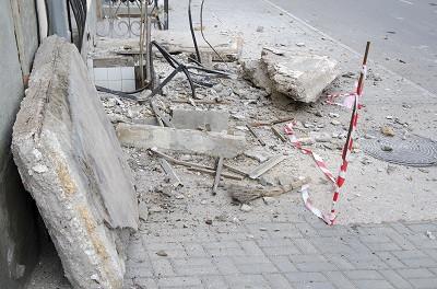 ForPost - Новости : В Севастополе бетонная плита аварийного балкона рухнула на тротуар