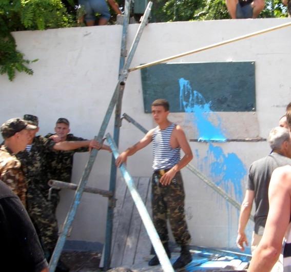 ForPost - Новости: Утопление таблички 90-летнего украинского флота дубль №2. Результат тот же.