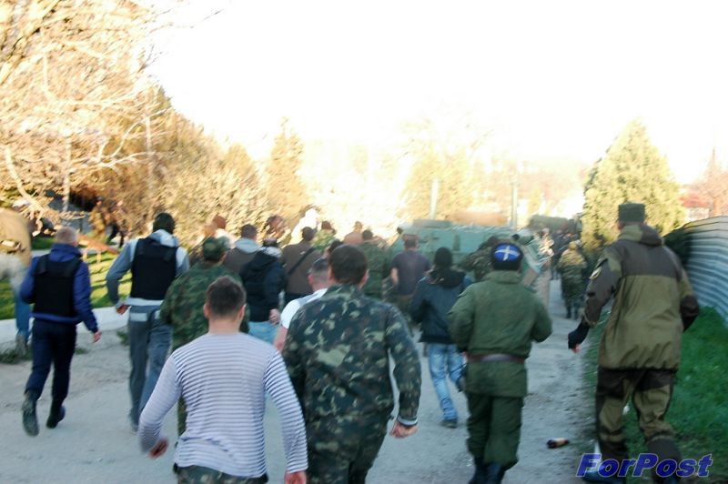 ForPost - Новости: Войсковая часть на Бельбеке занята силами самообороны. Над частью взмыл российский флаг