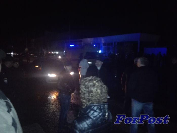 ForPost - Новости: Около двухсот человек у ТЦ Апельсин перекрыли дорогу и требуют Сергея Меняйло