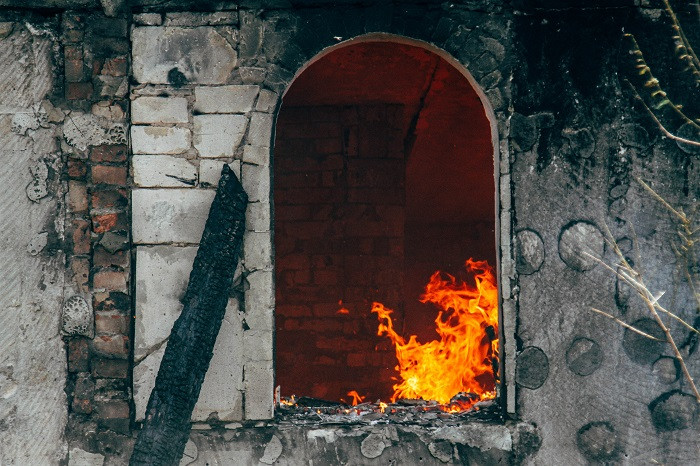 ForPost - Новости: В Севастополе в мощном пожаре сгорел недостроенный особняк и чужие машины