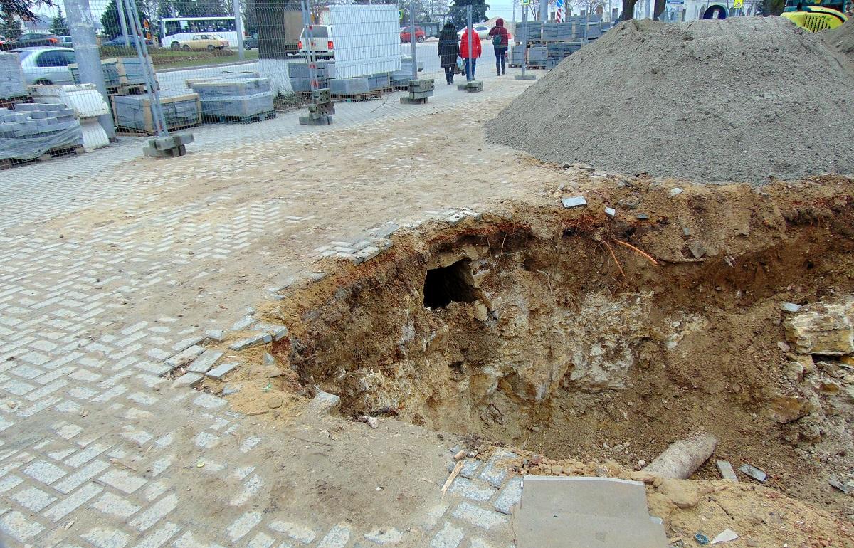Неизвестный подземный ход нашли на площади Ушакова