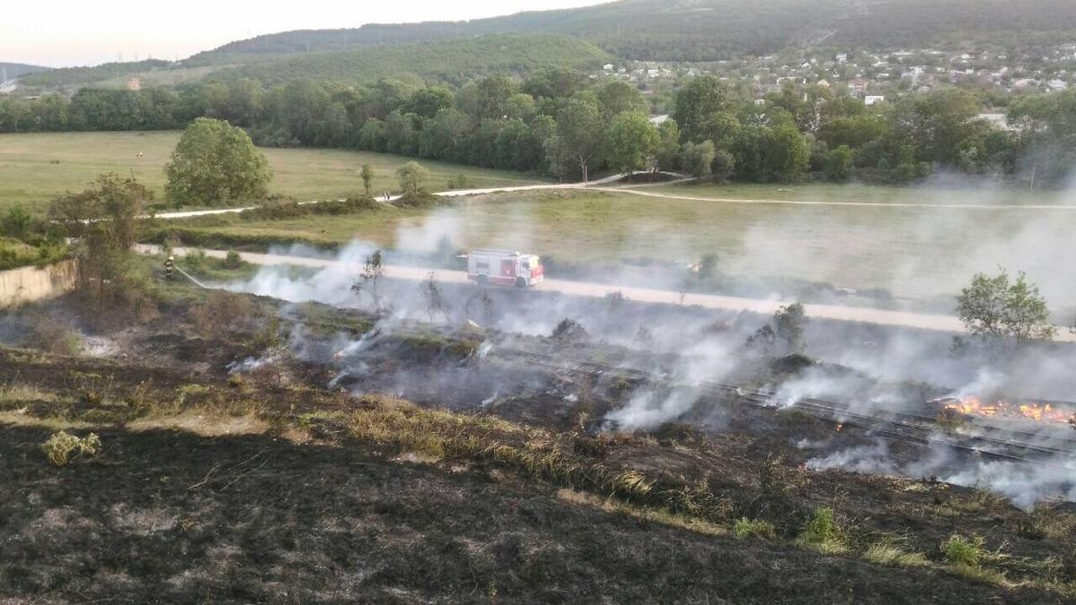 Из-за беспечности неизвестных горят окрестности Севастополя