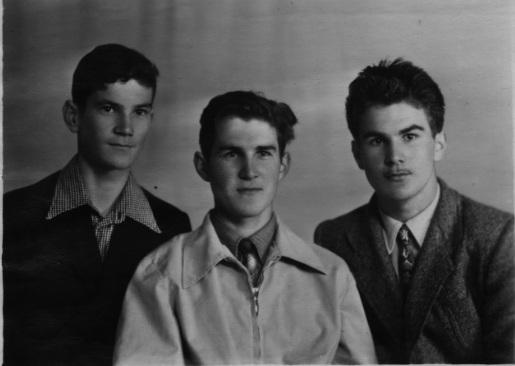 Такими братья Федоровы стали, когда выросли. Алексей — посередине