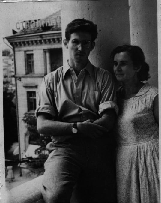 С мамой на балконе квартиры на Большой Морской