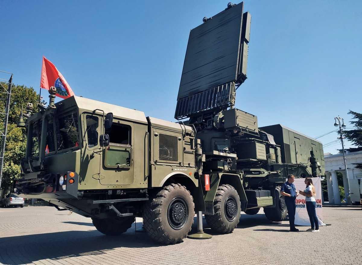 В Севастополе на площадь Нахимова выставили С-300