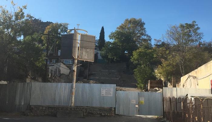 Ремонт лестницы в Крепостном переулке заморожен