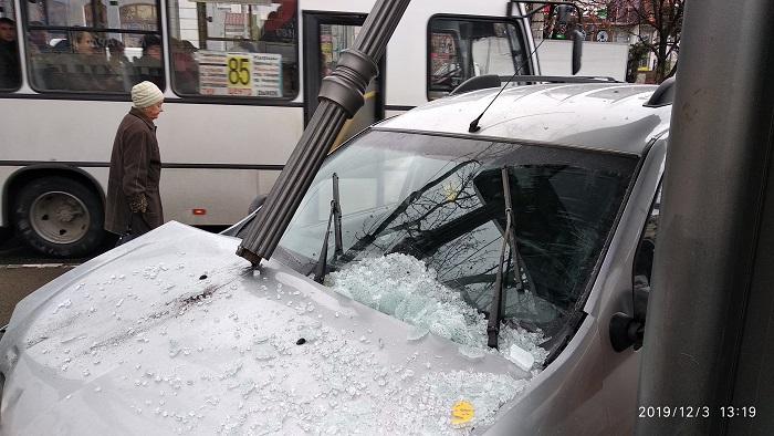 Автомобиль врезался в остановку с людьми в центре столицы Крыма