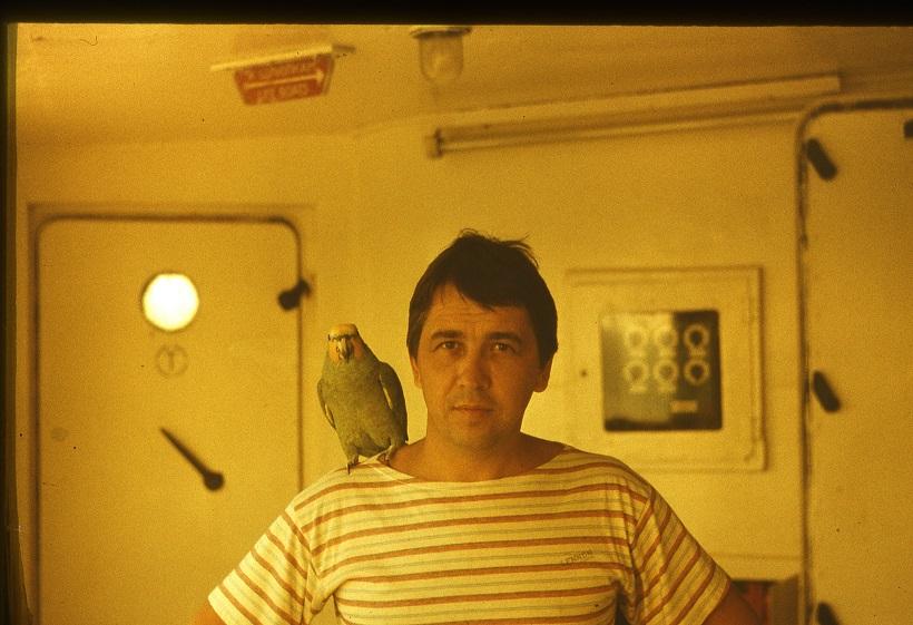 С попугаем
