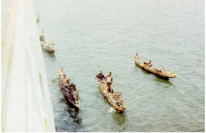 Лодки около борта корабля