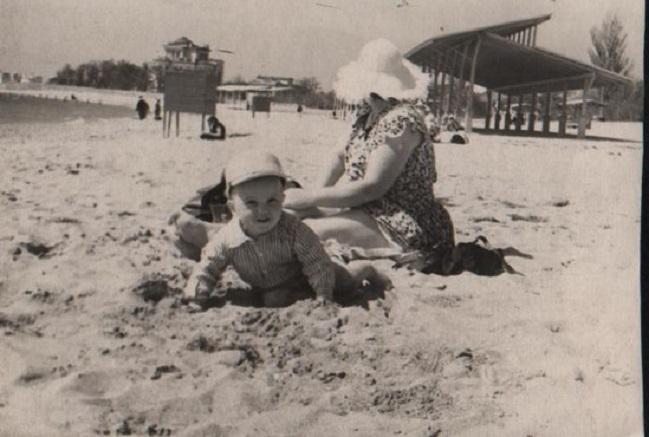 С мамой на пляже